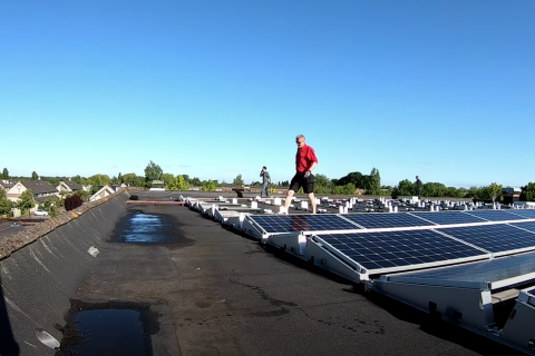 De installatie van 312 zonnepanelen in 1 timelaps video