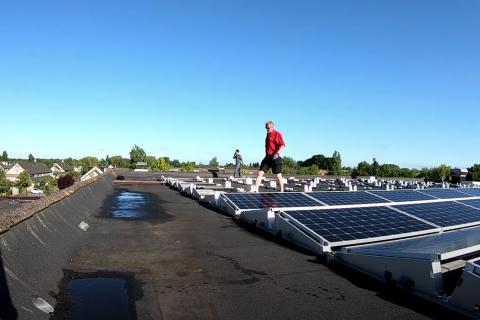 De installatie van 312 zonnepanelen in 1 timelaps video
